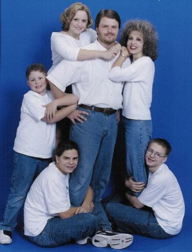 Viralscape - Awkward Family Portrait-1