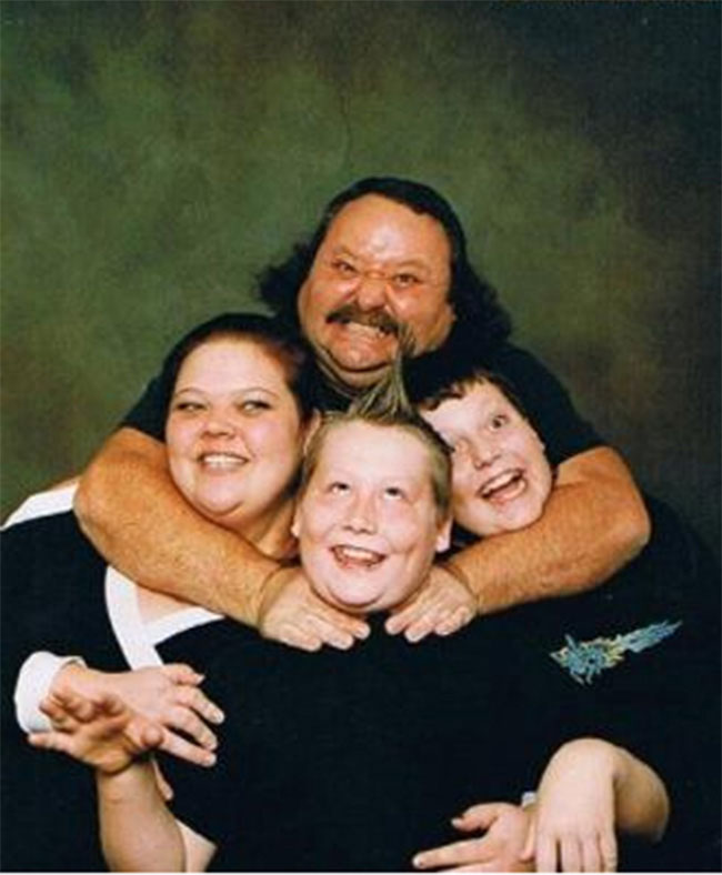 Viralscape - Awkward Family Portrait-13