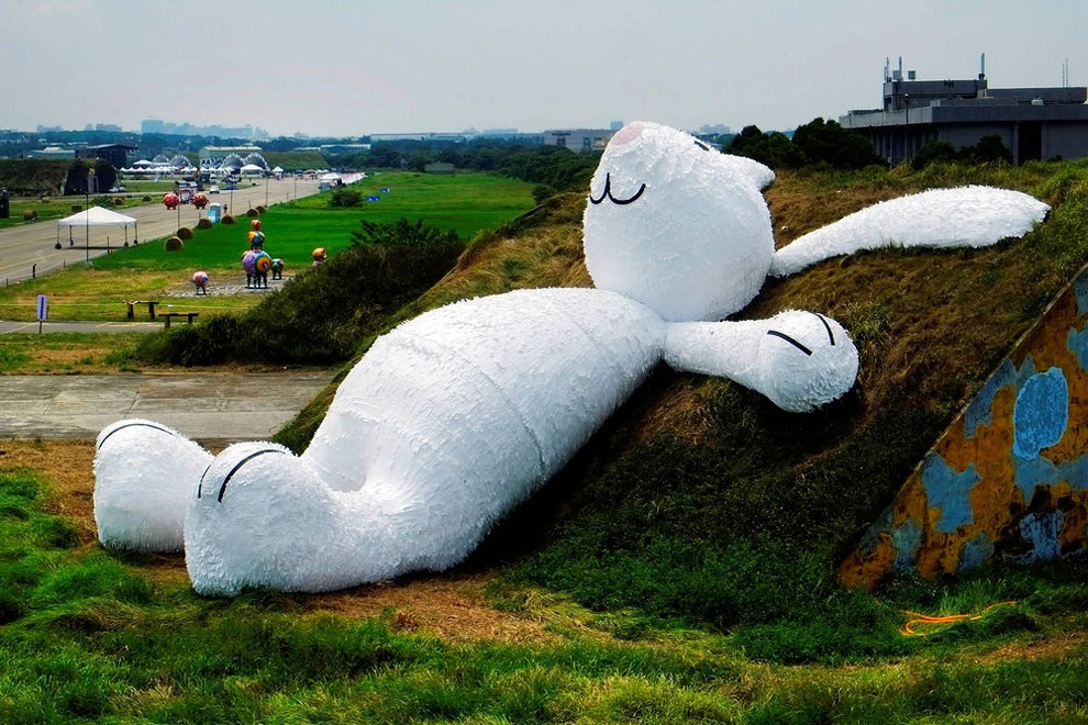 Florentijn Hofman's Giant Moon Rabbit (1)
